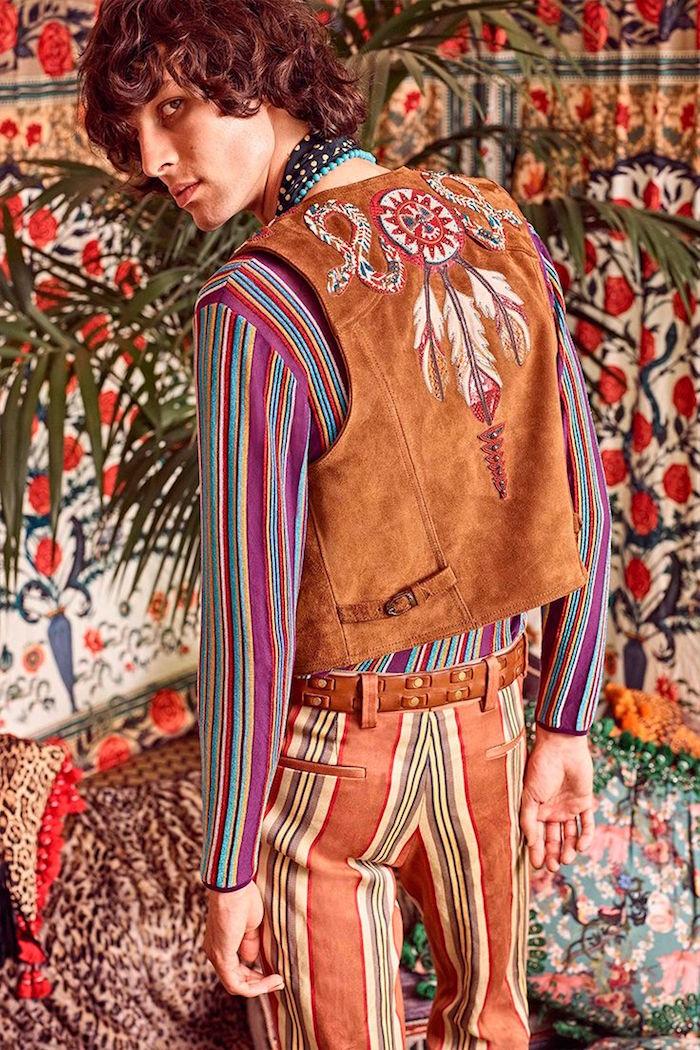 modele vetement hippie chic style woodstock 69 avec chemise et pantalon rayé retro