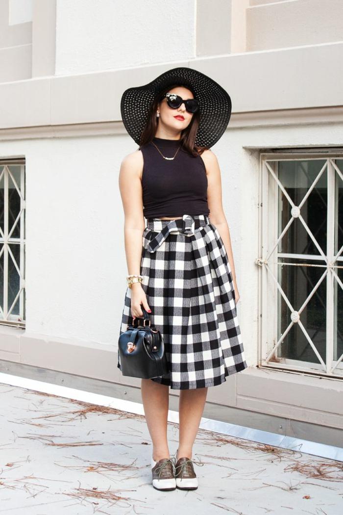 jupe femme motifs guinghams, chapeau périphérie noir, déguisement rockabilly