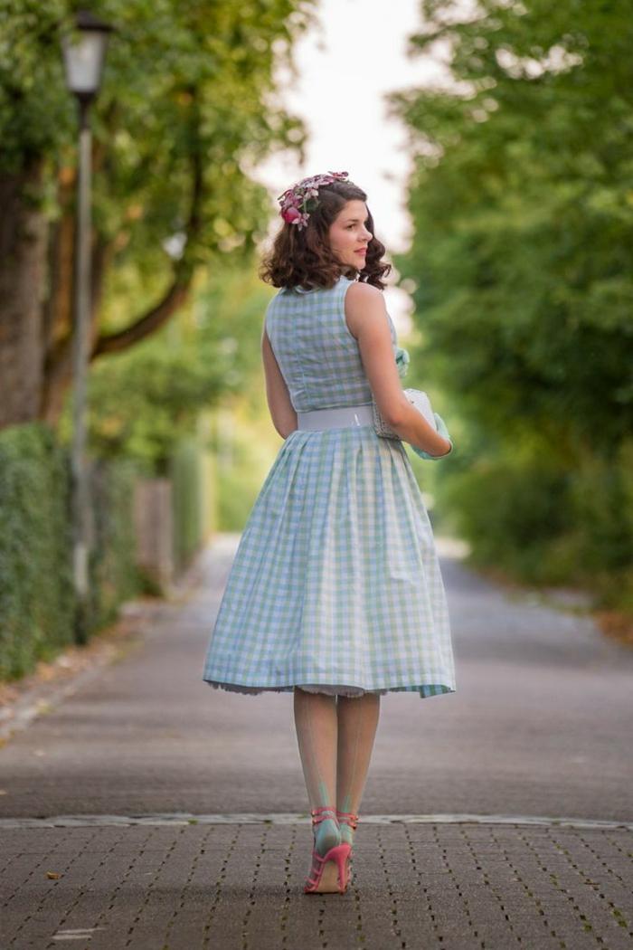 vetement rockabilly femme, robe bleue à guinghams, couronne de fleurs dans les cheveux