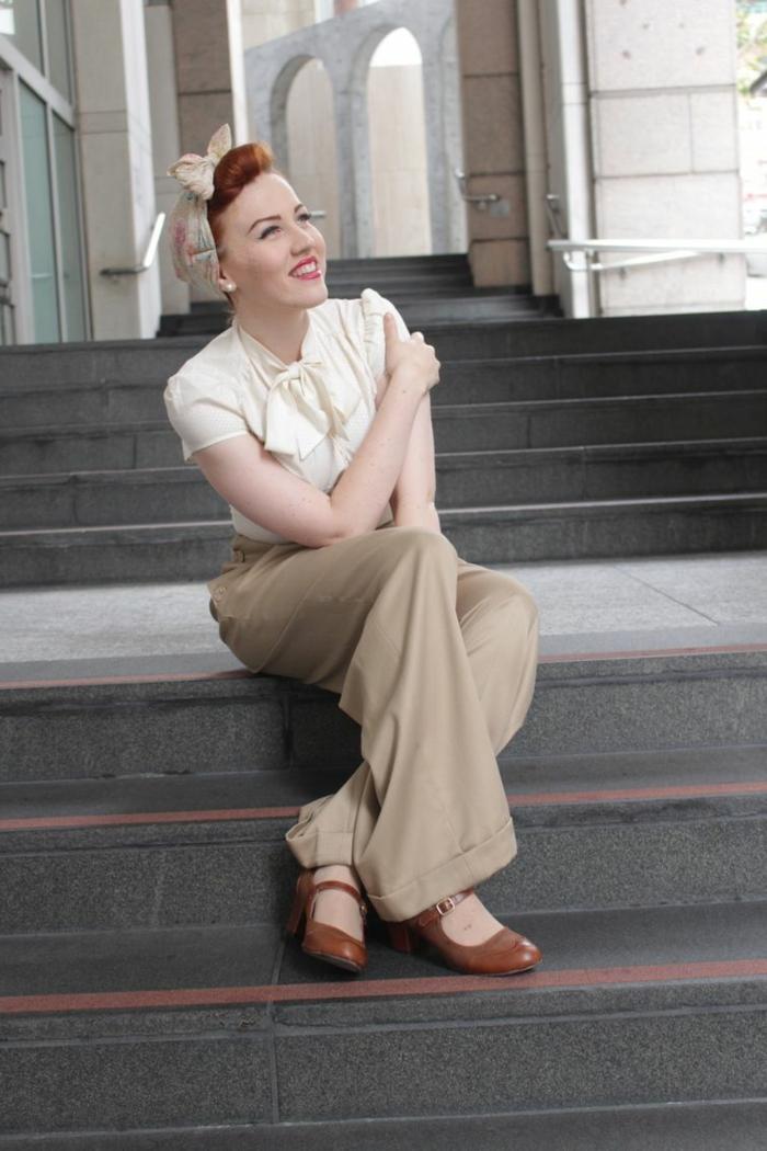 déguisement rockabilly, chaussures marron, pantalon fluide beige, chemise en blanc cassé