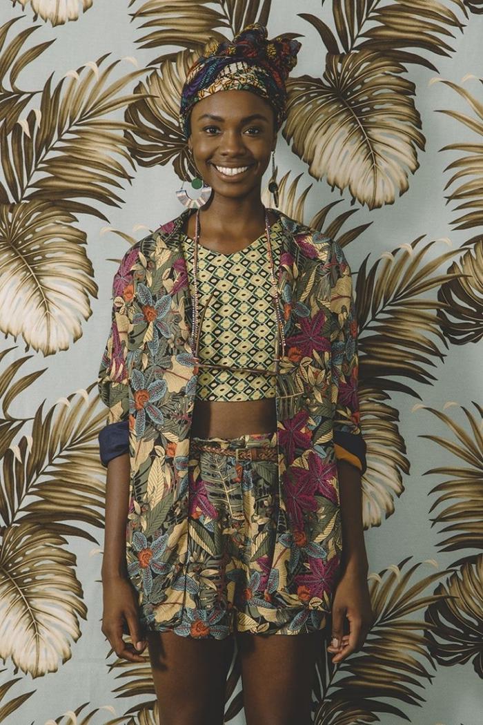 oser mixer les imprimés avec un ensemble veste et short à motif tropical et un crop top en pagne africain