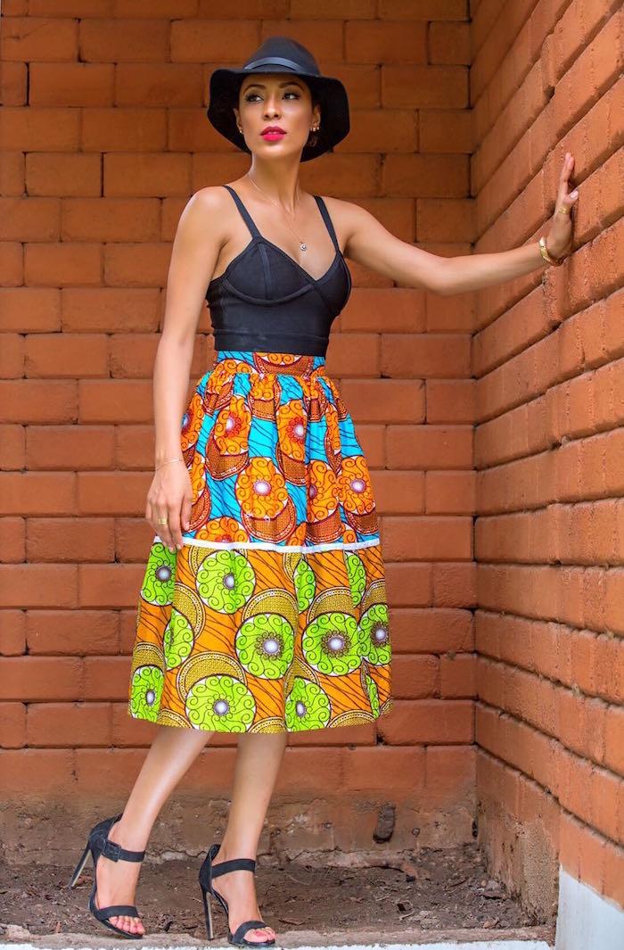 vetement wax femme jupe longue double motif coloré type wax avec débardeur noir et chapeau