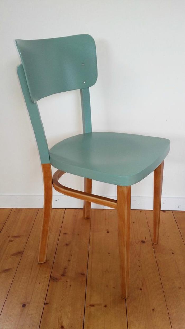 comment repeindre un meuble sans le poncer, chaise en vert d'eau et pieds en marron foncé, parquet en bois marron