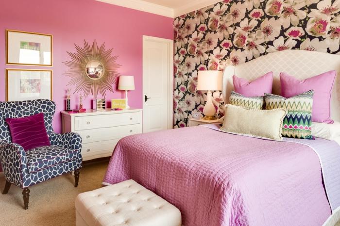 quelle couleur associer au gris, murs roses, mur au-dessus du lit aux motifs fleuris en blanc et noir en style asiatique, vieux rose, lit avec couverture en rose et en ivoire, tete de lit aux effets matelassés, miroir sorcière en forme de soleil