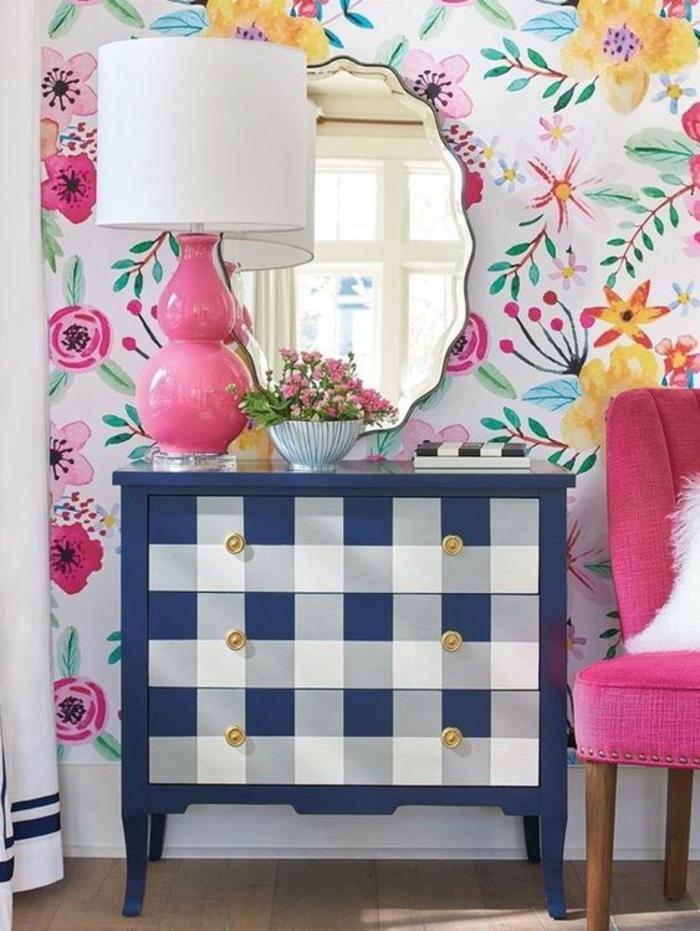 ambiance en rose poudree, murs avec des motifs fleuris, luminaire de chevet avec base en céramique en couleur rose poudré, miroir aux formes irrégulières