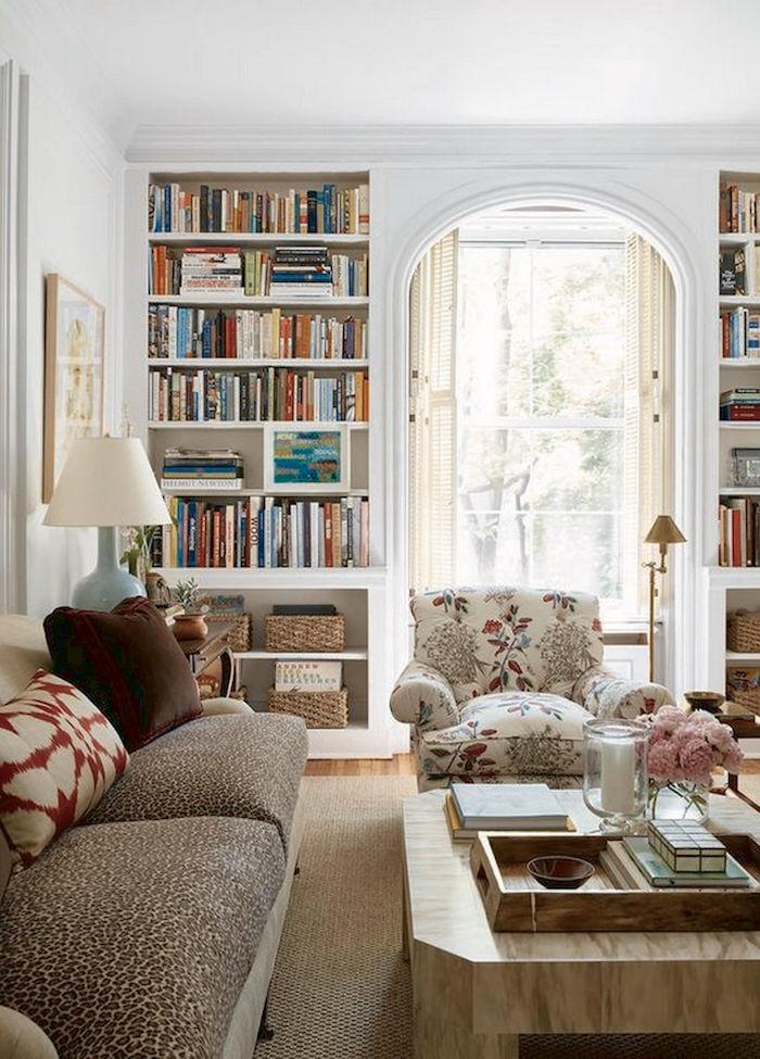 Canapé cosy deco cocooning décorer son salon aménagement salon simple bibliotheque