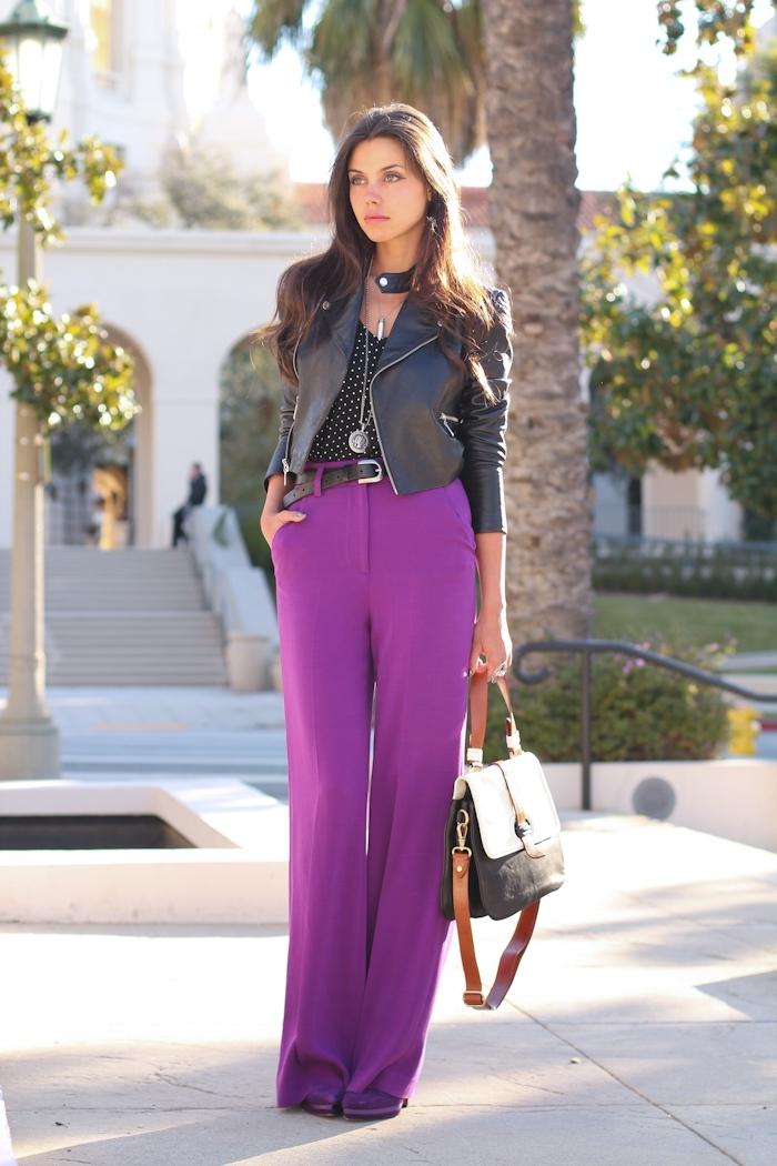 exemple de pantalon taille haute femme de couleur ultra violet assorti avec top noir et veste en cuir pour un look élégant de style rock