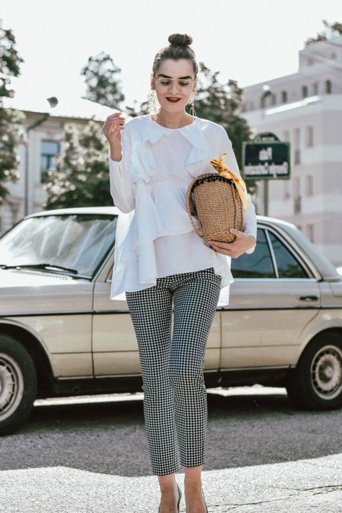 look annee 50, pantalon aux carreaux, blouse blanche chic, chignon haut, tenue femme retro