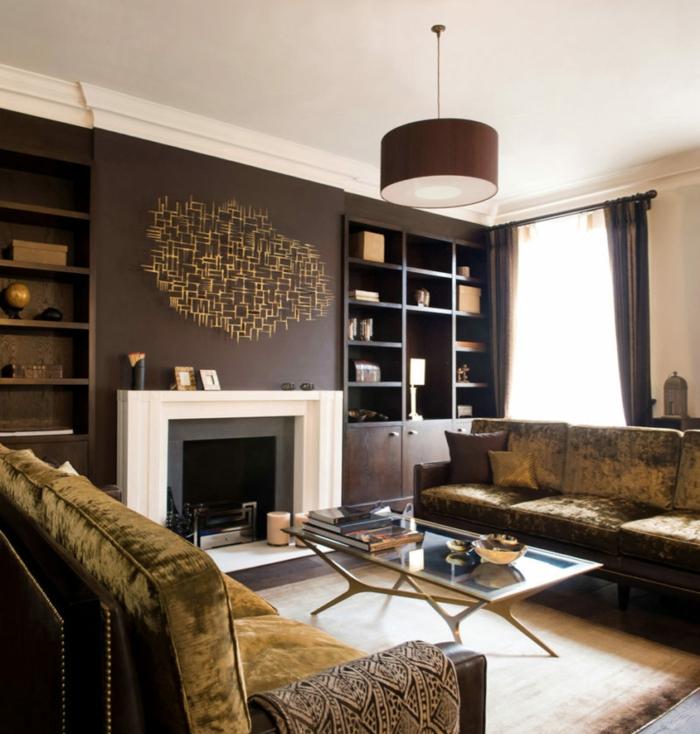 mur couleur wengé, plafonnier noir, table basse en verre, cheminée blanche, étagères intégrées