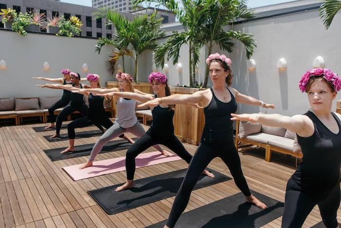 Yoga avec les meilleures amies cool idée d activité enterrement de vie de jeune fille mettre des couronnes de fleur cool idée team bride