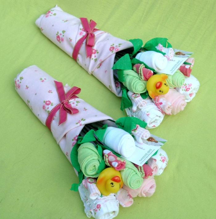 baby shower garcon, idée cadeau femme enceinte, baby shower fille, deux bouquets avec des chaussettes et des serviettes, canards jaunes bain