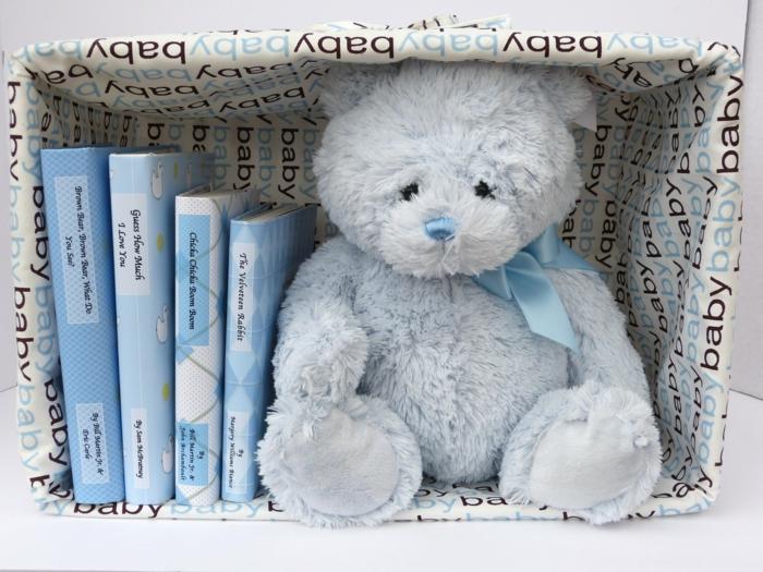 cadeau future maman, ourson en peluche en bleu avec nœud bleu satiné, livres bébé avec des couvertures en bleu et blanc