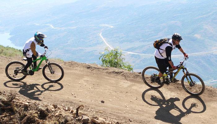 photo d'une sortie descente vtt en montagne style mountain bike comme activité de vacances sportives dété
