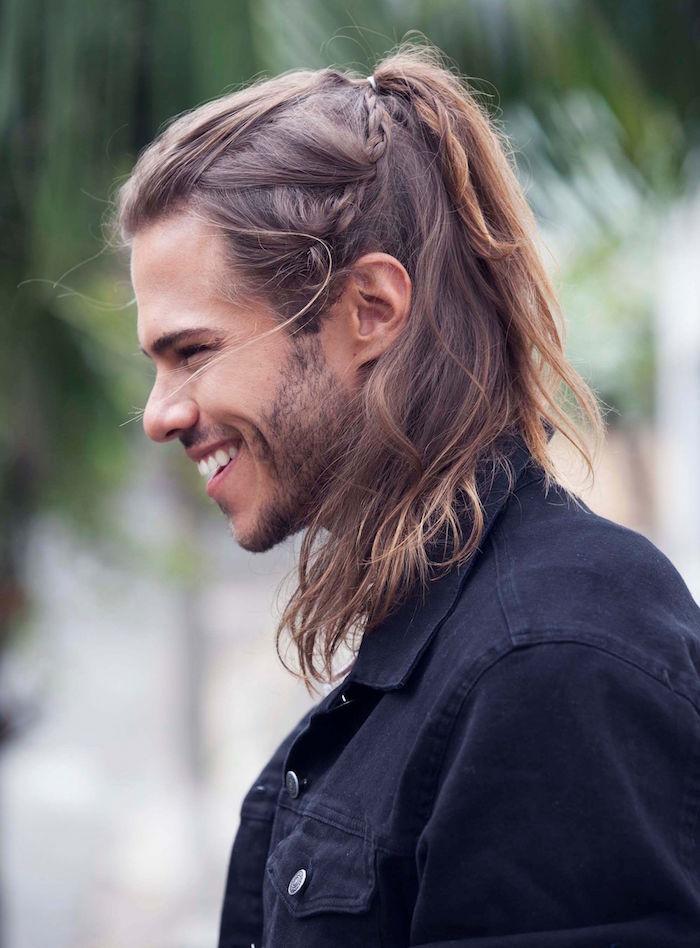 coiffure natte homme cheveux long blond avec avec petite tresse sur le coté attachée en chignon man bun