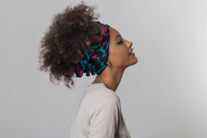 coupe cheveux frisés naturel, exemple de coiffure pour cheveux longs et crépus attachés en queue de cheval haut de style afro puff avec foulard