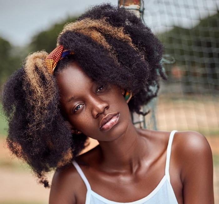 idée comment styliser les cheveux crépus avec un foulard, exemple coiffure cheveux longs attachés en deux couettes de côté