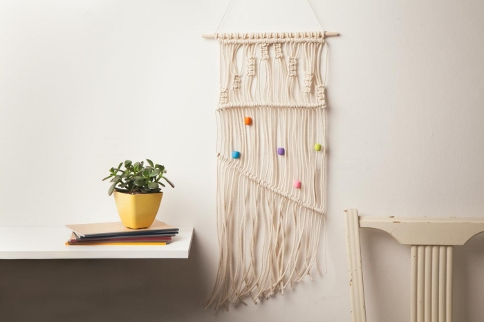 tissage murale diy facile avec la technique noeud macramé, suspension murale DIY avec cordelette et perles bois