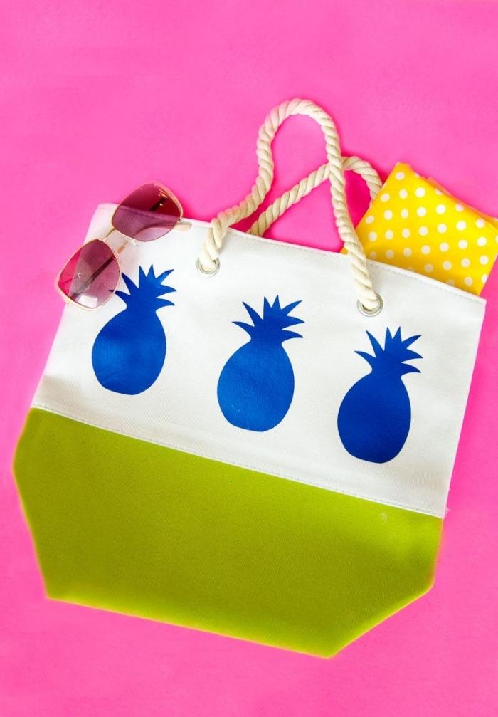modèle de tote bag personnalisé avec la technique transfert sur tissu aux motifs ananas bleus, idée déco de sac à main facile