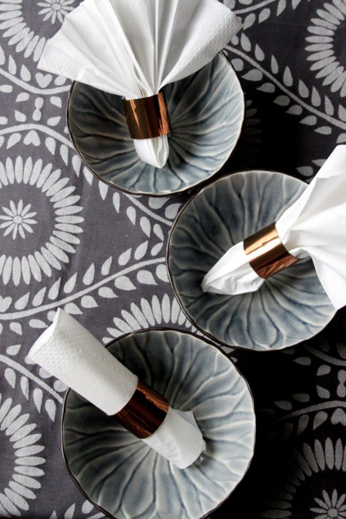 des ronds de serviette effet cuivre réalisés à partir de rouleaux de papier toilette, objet recyclé original