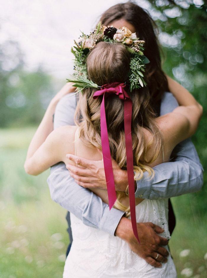 Estivale coiffure mariee, cheveux mariage boho ondes, coiffure mariage boheme chic avec couronne de fleurs, belle femme mariée et son mari