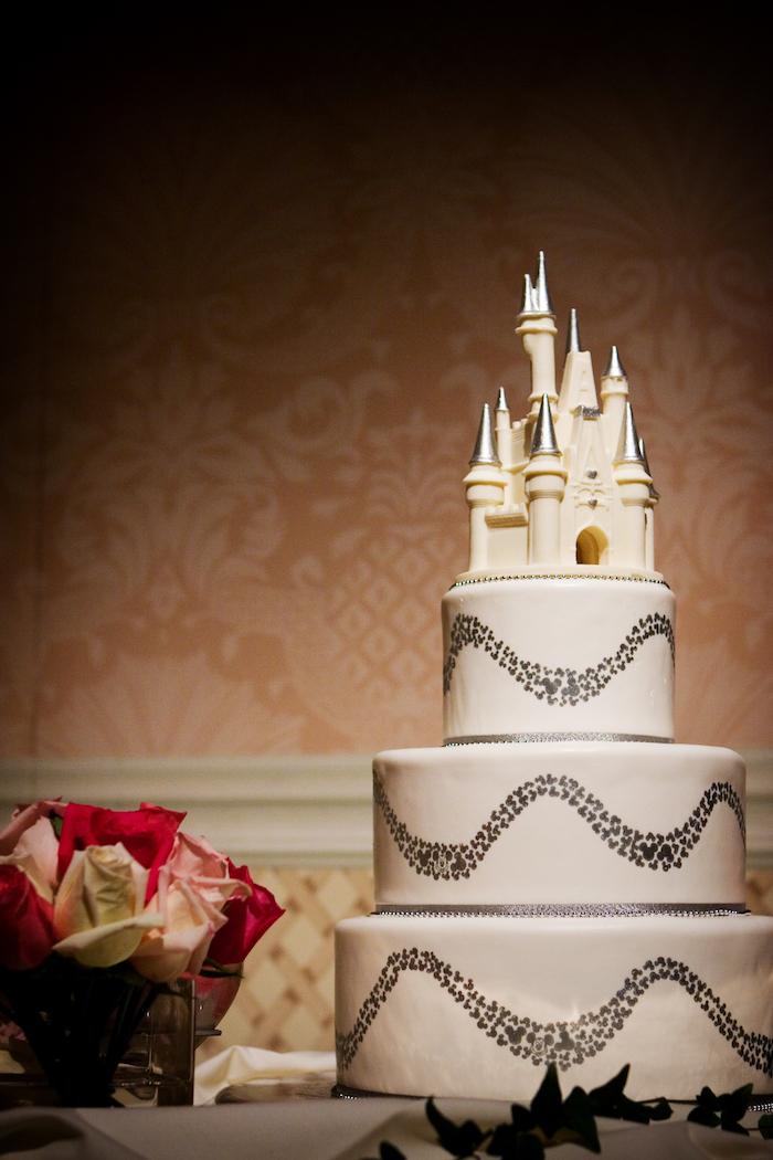 Gâteau mariage château de Disney, image de gateau chateau thématique pour le mariage Disney chic, pâte à sucre blanc, figurine de chateau en top