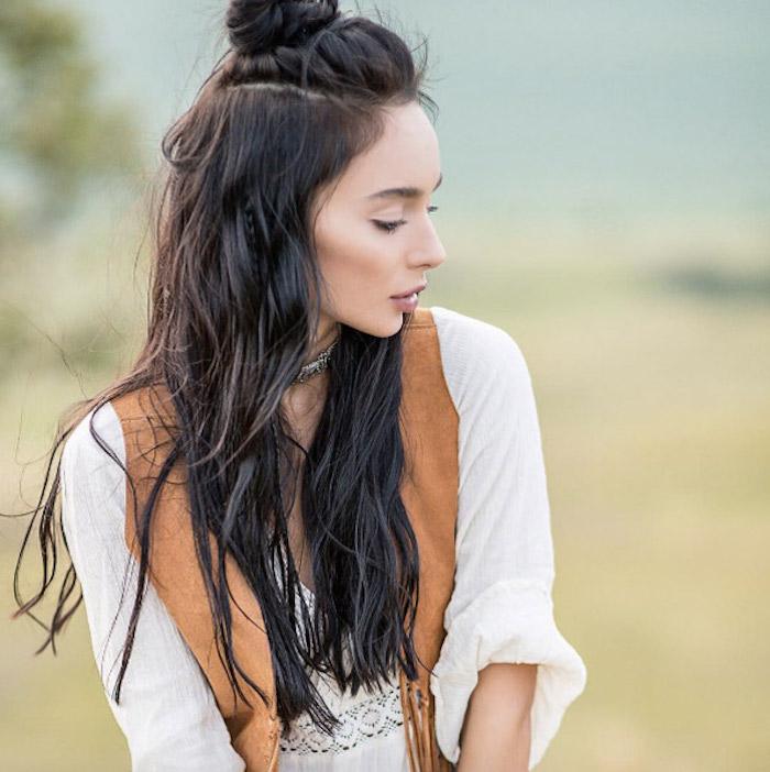Choisir une belle coiffure mariage cheveux mi long, coiffure mariage boheme chic originale en demi bun, cheveux brunes