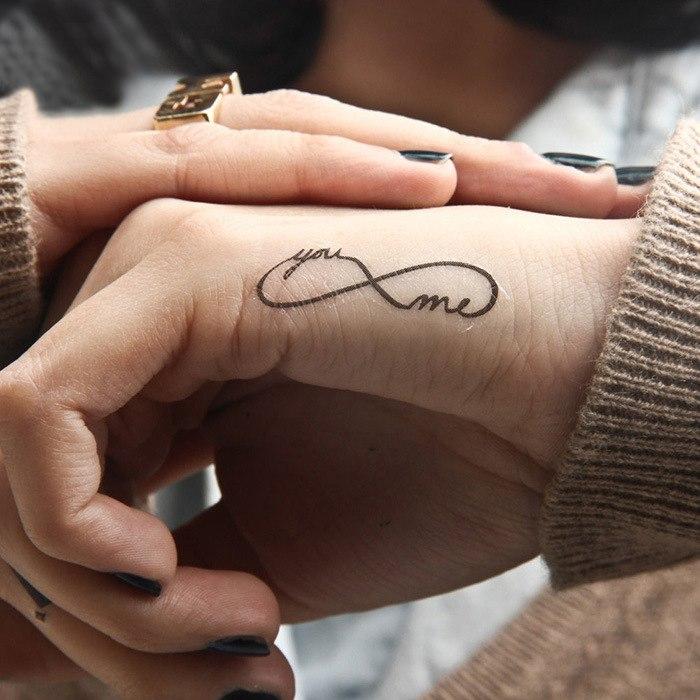 Infini tatouage qui dit toi et moi, idée pour les couples amoureux, dessin tatouage de couple, tatouage symbole de l'amour infini