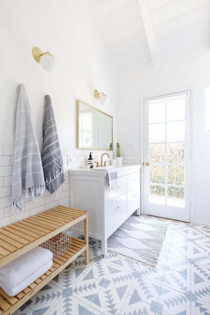 une salle de bains en blanc et gris clair aux accents en laiton qui respire la sérénité, meuble sdb blanc