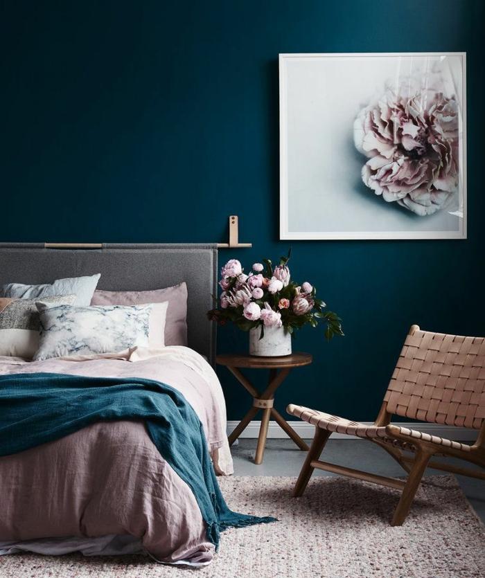 quel aménagement chambre romantique choisir, peinture murale bleue, literie rose, cadre peinture aux couleurs pastels, seau blanc avec pivoines