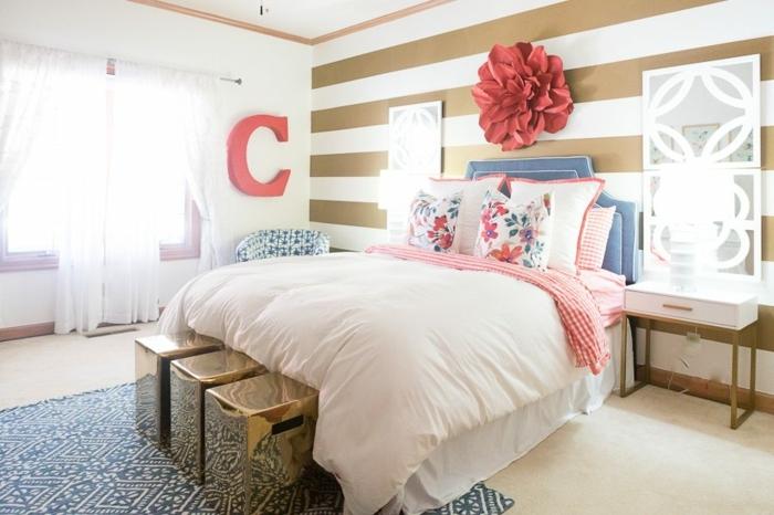 peinture chambre adulte originale, literie rose, tete de lit rose, grande fleur au mur, rideaux blancs, tapis bleu