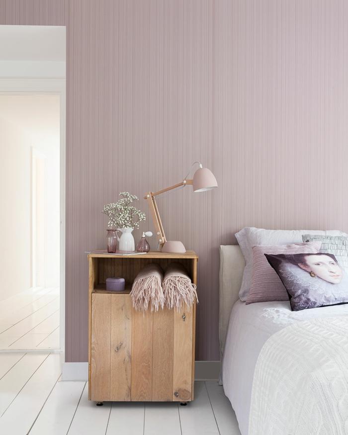 chevet en bois clair, papier peint rose, coussin avec portrait classique, literie blanche, deco romantique