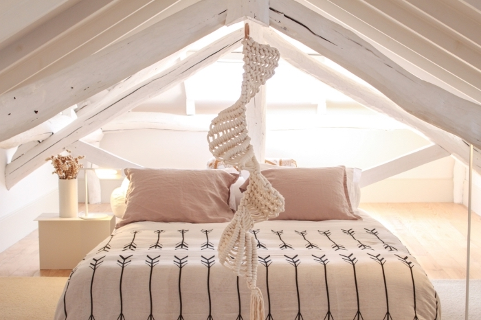 exemple comment décorer une pièce sous plafond claire, modèle de suspension en macramé forme spirale