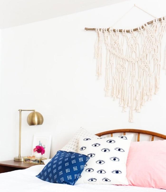 comment décorer une pièce ado en style bohème moderne avec déco murale DIY en macramé et bois, modèle coussins colorés
