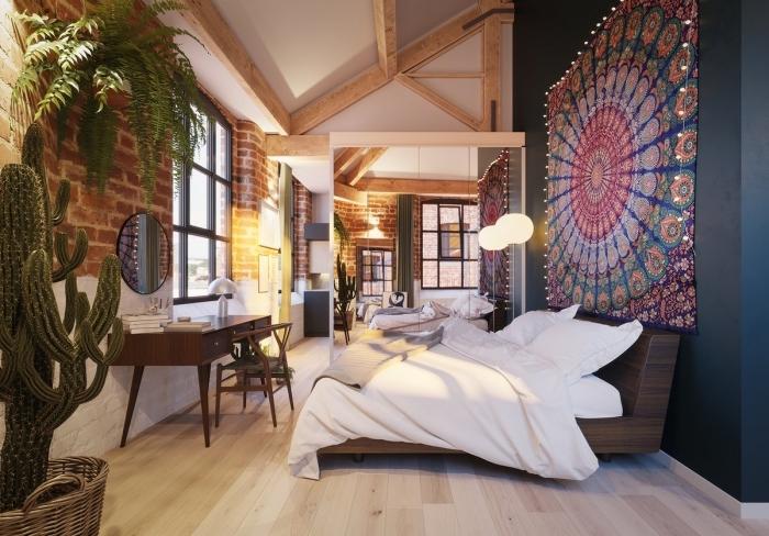 déco de chambre à coucher en style bohème chic avec pan de mur en gris anthracite et charpente de bois apparente