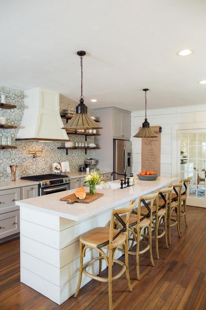 cuisine avec ilot central dépareillé, contrastant avec le style traditionnel de la cuisine
