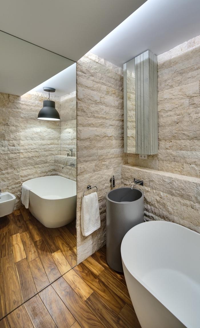 exemple de design intérieur moderne au plafond blanc avec revêtement mural en pierre et plancher design bois foncé