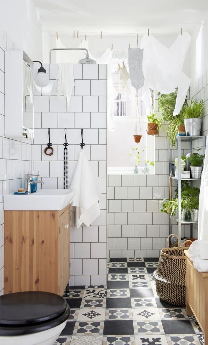 petite salle de bain carreaux de ciment vintage à motifs dépareillés qui s'accordent parfaitement avec le carrelage métro mural