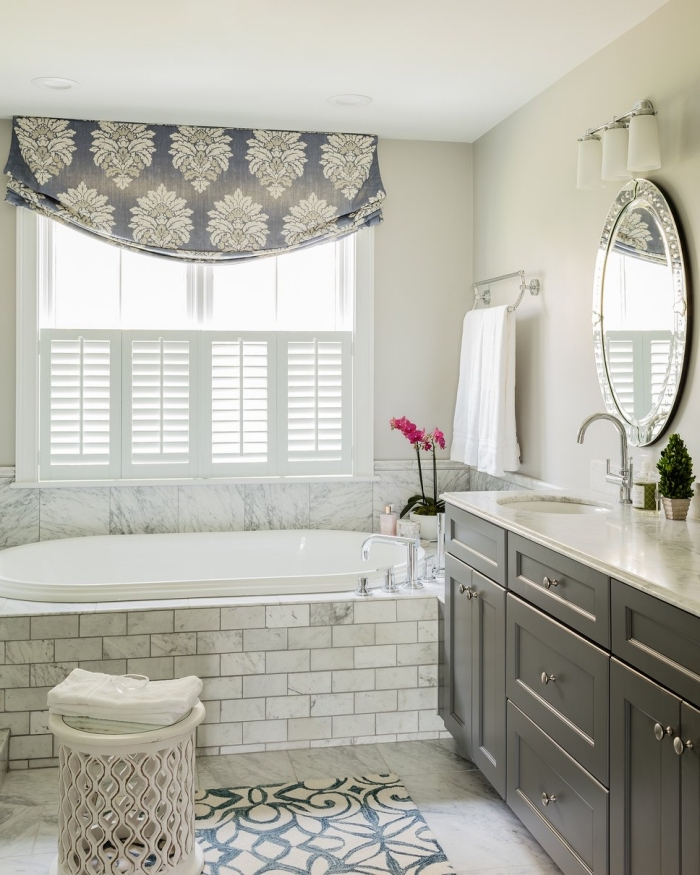 idée aménagement et décoration d'une salle de bain 5m2 aux murs beige avec plafond blanc et plancher en carrelage marbre blanc et gris
