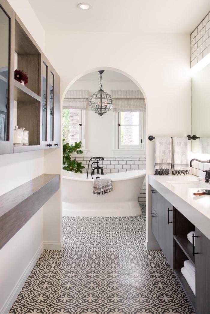 carreaux de ciment noir et blanc au charme d'antan qui investissent le sol de cette salle de bain monochrome pour y créer un joli effet graphique