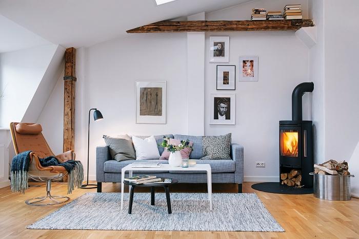 salon accueillant et chaleureux avec parquet de bois et murs blancs à déco en poutre decorative plafond et mur de bois brut