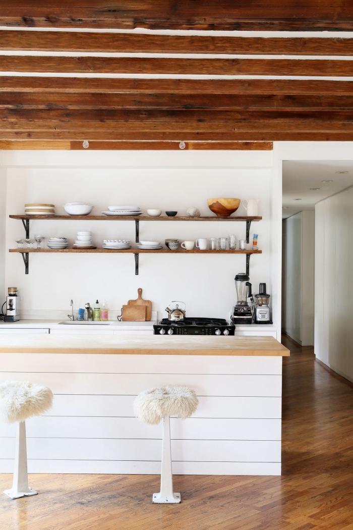 plan de travail ilot central en bois naturel à soubassement de lambris blanc qui s'harmonise avec le style rustique chic de la cuisine