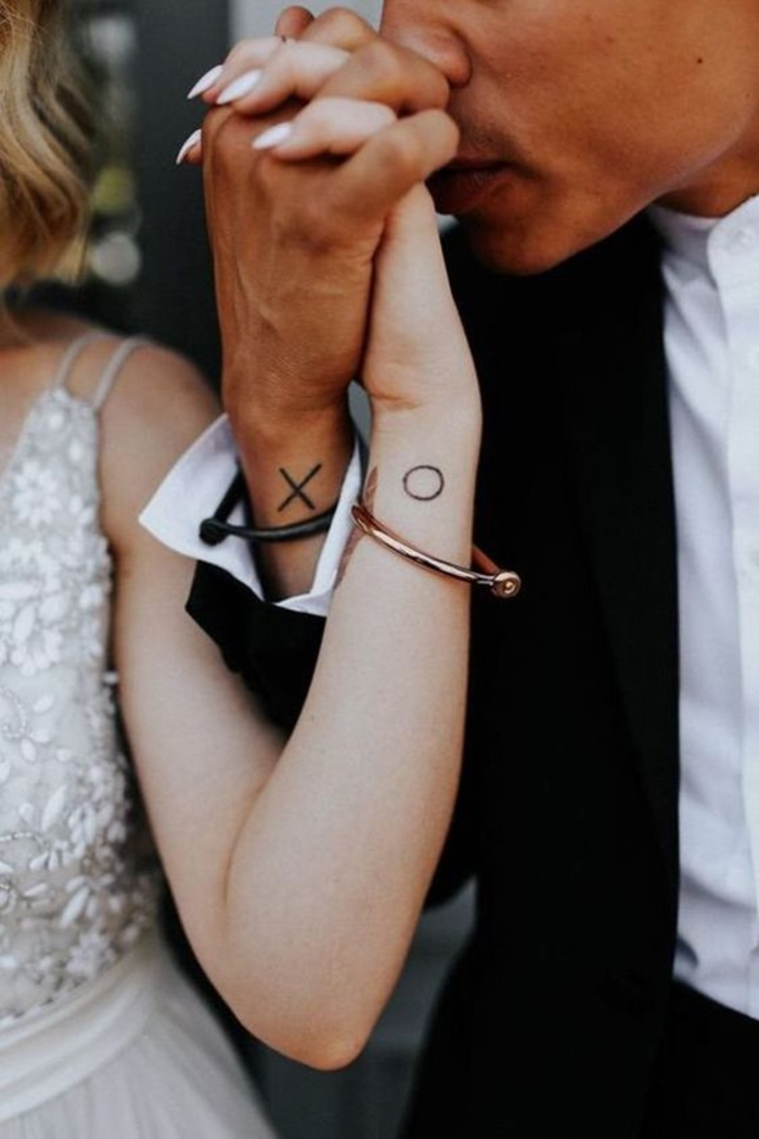 XO tatouage symbole, hugs et kisses tatouage de couple, cool idée tatou pour deux simple, femme et homme le jour de leur mariage, robe de mariée