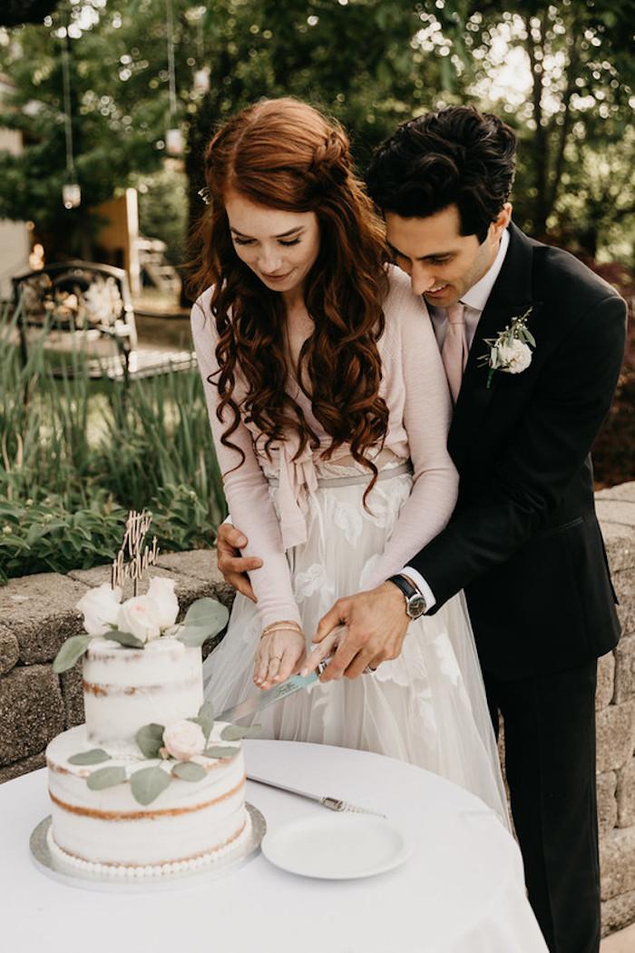 Couple amoureux, le jour J, photo de gâteau mariage bohème chic décoré de roses, photo de mariage romantique le coupe du gateau