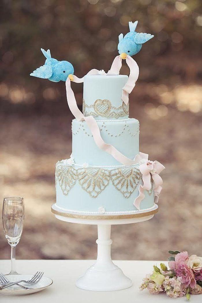 Idee gateau mariage thème oiseaux amoureux, le plus beau gateau du monde bleu, gateau anniversaire mariage avec oisseaux bleus