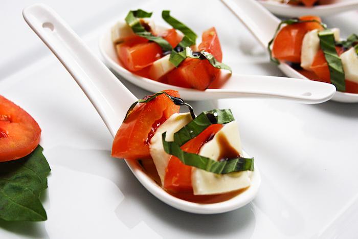 cuillère salade caprese blanche avec des tomates mozzarella et de la laitue avec sauce salade, amuse gueule apéro
