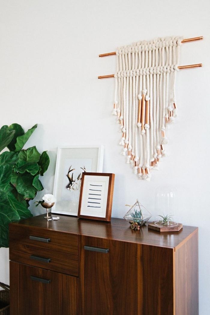 déco de salon en style traditionnel et moderne, création murale en corde et bâton design cuivré en style bohème