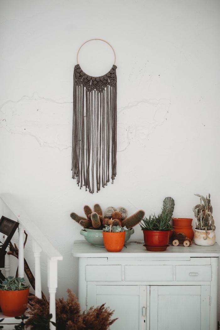 déco de salon traditionnel avec meubles de bois et plantes vertes, modèle de suspension murale design macramé