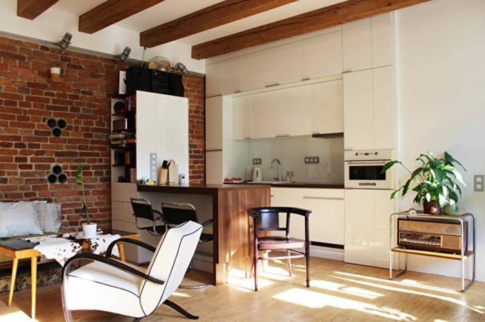 separation cuisine salon, aménagemet cuisine petite surface, table basse mid-century, comptoir avec rangement, poutres en bois