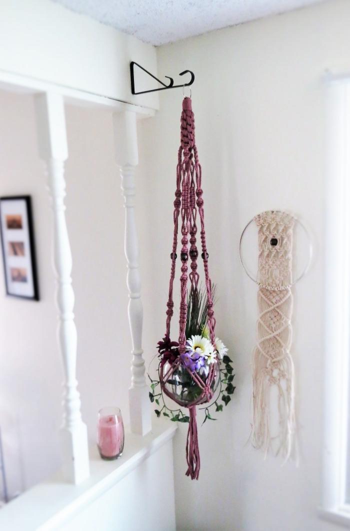 idée suspension plante macramé à fabriquer en corde violet, modèle création en fil macramé pour déco murale