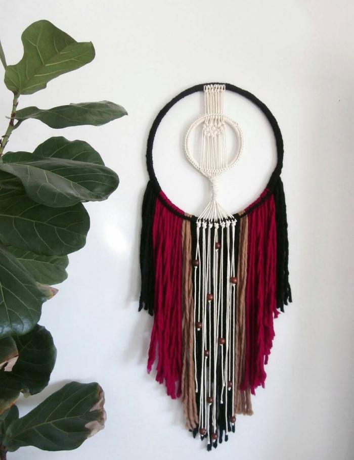 exemple de suspension pour mur DIY fait de cordes colorées et anneaux à accrocher, modèle déco hippie chic chambre ado